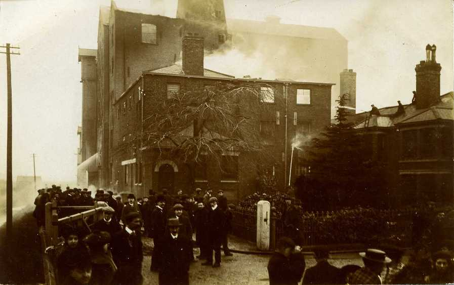 Crathorne's Mill fire, Beverley 1907 (archive ref PO-1-14-168)