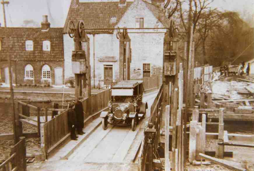 Hull Bridge Motor Car c.1915 (archive ref DDX1525-1-4 No 35)