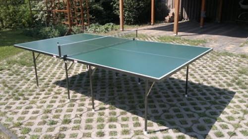 Kültéri ping-pong asztal.