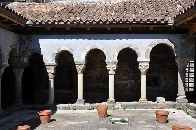 Les masies de Roda. Sant Pere de Casserres monastery. Cloister. 11th C.