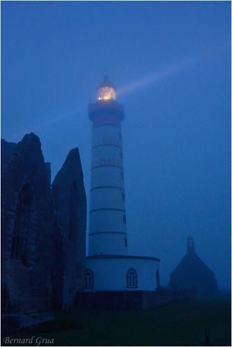 Eclats voilés  du phare de St Mathieu dans la brume © Bernard Grua | by Photos de voyages, d'expéditions et de reportages