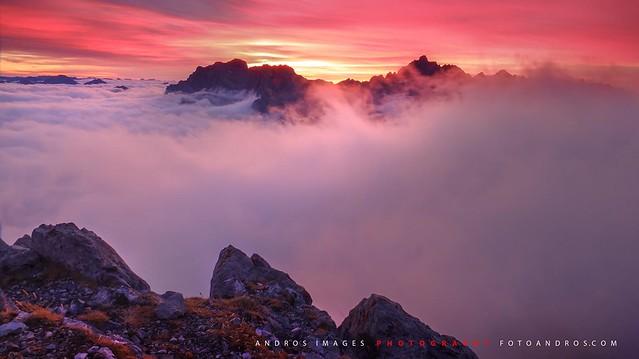 Parque Nacional de Picos de Europa - Luz crepúscular detrás de Peña Santa, Macizo Occidental.