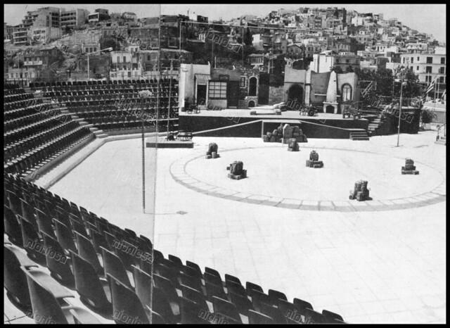 """Δελφινάριο θέατρο, Πειραιάς 1970's. Φωτογραφία από το βιβλίο του Διονυσίου Πανίτσα """"Ο άρχοντας του Πειραιώς""""."""