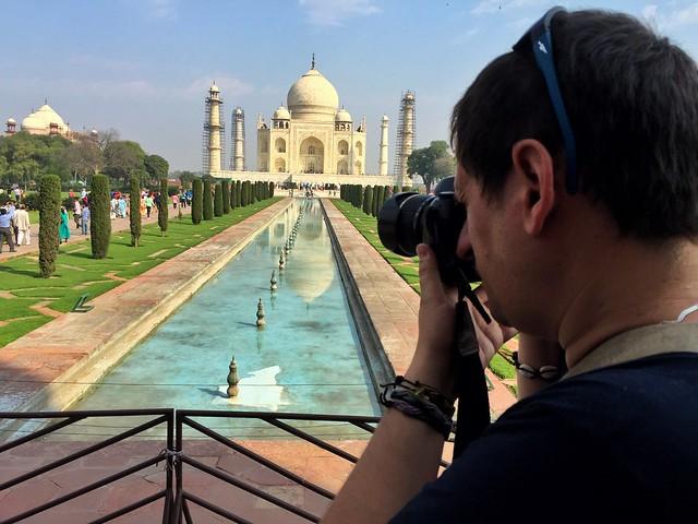 Sele tomando fotos al Taj Mahal en India