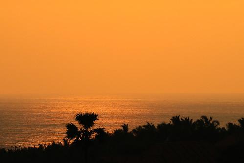 ocean sunset sea orange india meer mare sonnenuntergang sundown outdoor himmel indien tamilnadu kanyakumari southindia dunst southernindia ozean holyplace kanniyakumari capecomorin placeofpilgrimage südindien südspitze pilgerort kapkomorin heiligerort கன்னியாகுமரி canoneosm3 efm55200