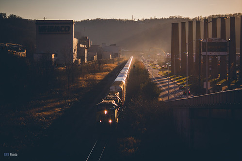 railroad sunset us waterfront unitedstates pennsylvania trains homestead backlit glint sillouhette csxt csxpittsburghsub csxt7