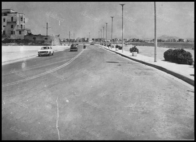 """Ακτή Δηλαβέρη (Πρωτοψάλτη), Πειραιάς 1970's. Αριστερά η βίλα Ζαχαρίου. Φωτογραφία από το βιβλίο του Διονυσίου Πανίτσα """"Ο άρχοντας του Πειραιώς""""."""