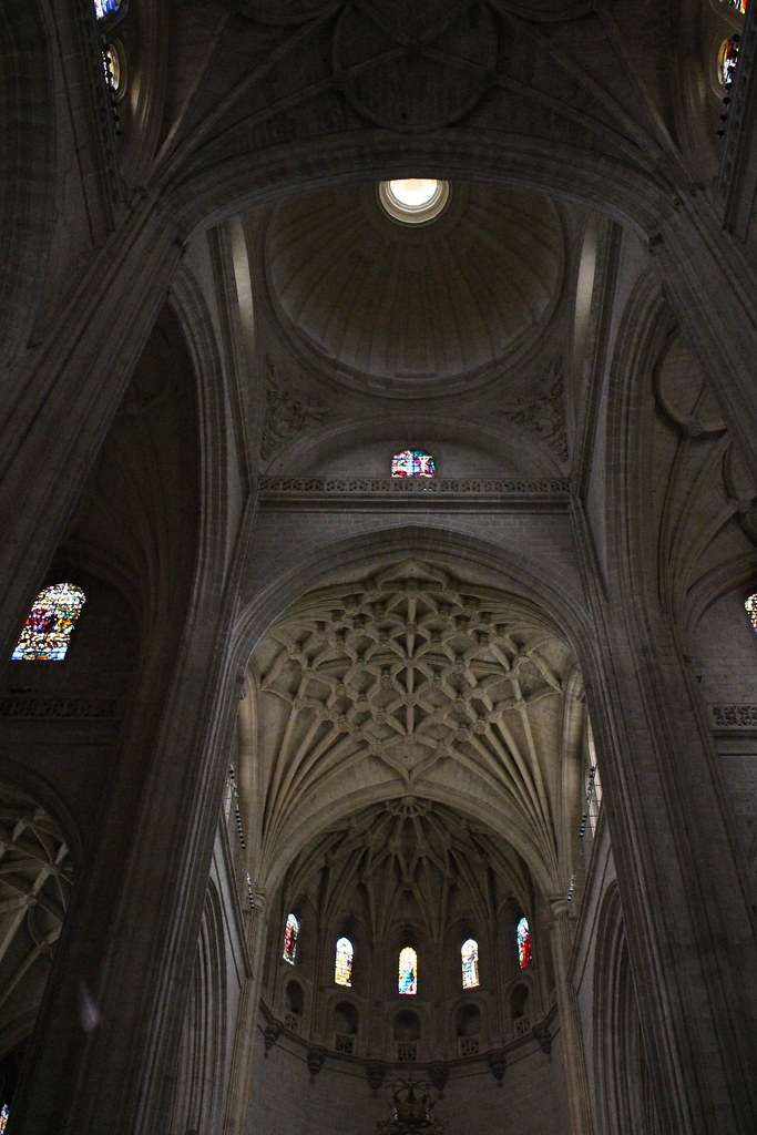 Segovia - Catedral | High ceiling and columns at the ...