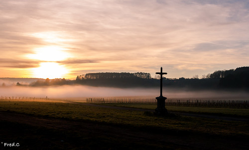 sunset sun vineyard cross burgundy bourgogne vignes brouillard brume croix cotedor