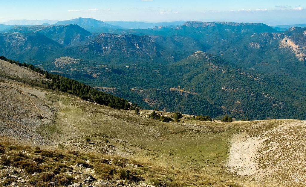 Dolina característica bajo el vértice y vistas hacia la cuenca alta del río Tus
