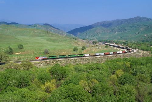 california ca railroad mountains train locomotive ge bnsf springtime caliente freighttrain warbonnet burlingtonnorthernsantafe dash9 tehachapipass c449w greencascadegreen