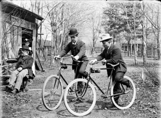 Norman and Adam Ballantyne with their bicycles at 54 Main Street, Ottawa, Ontario / Norman et Adam Ballantyne avec leurs bicyclettes au 54, rue Main à Ottawa, en Ontario