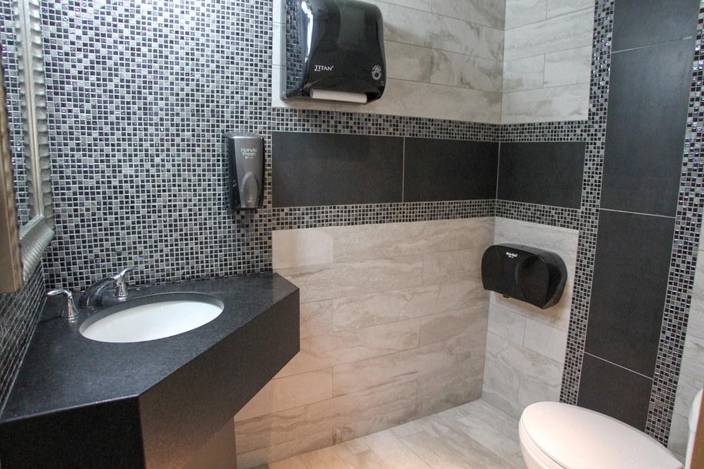 Design commercial   Salle de bain publique dans un Hôtel ...