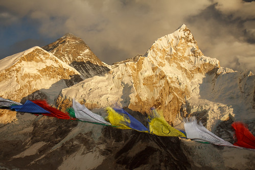 windy prayerflags khumbu mounteverest kalapatthar wavingflags ebctrek