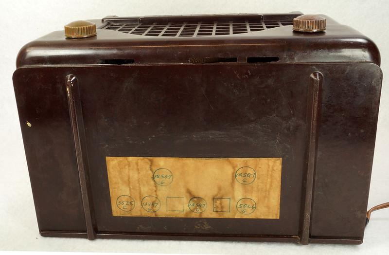 RD11401 Vintage Mid Century 1948 TRAV-LER 5066 Brown Bakelite Case TUBE RADIO DSC09657