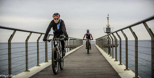 Amb bici al del Pont del Petroli de Badalona