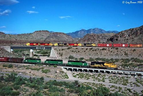 atsf santafe atchisontopekasantafe kingman kingmancanyon arizona desert route66 transcon train trains railroad railroads f45 emd ge freighttrain