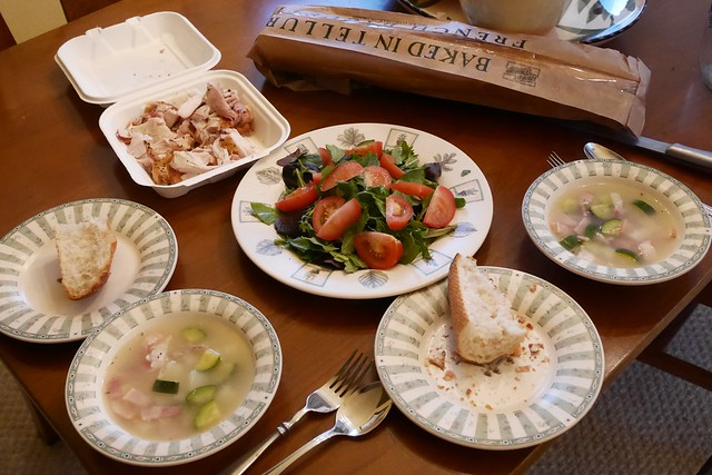 火, 2016-01-26 19:25 - 夕食(鶏のロースト、ジャガイモとベーコンのスープ、サラダ、パン)