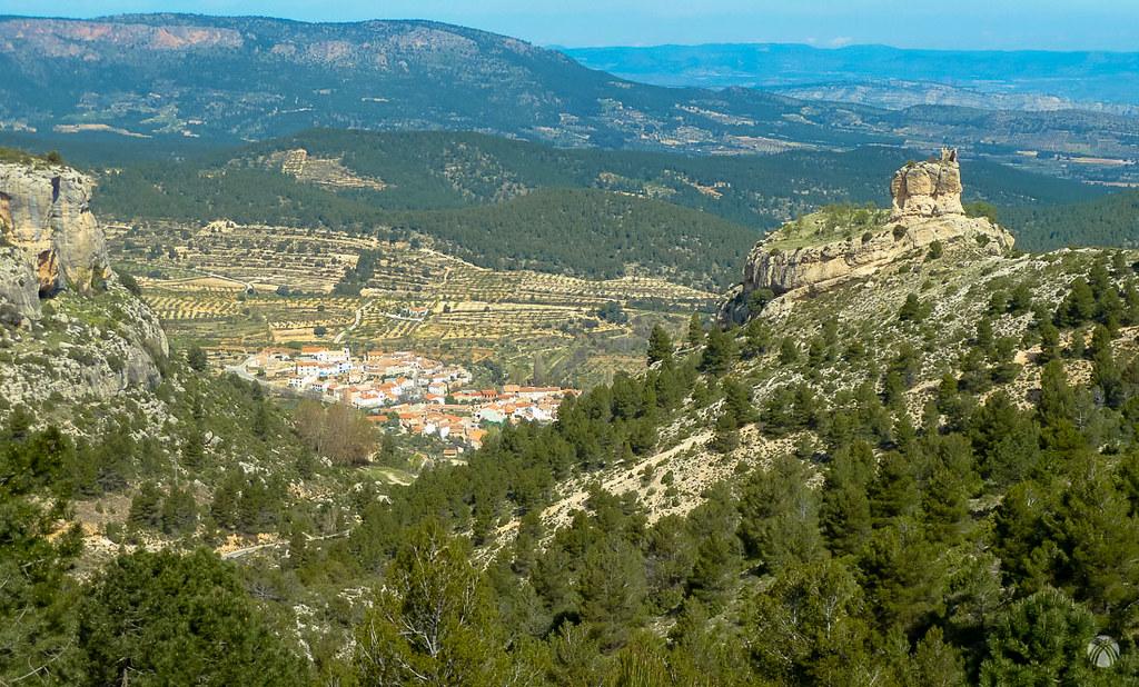 El Castillo y el caserío de Benizar en el valle