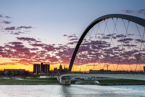 bridge clouds sunrise river dawn glow arch iowa capitol desmoines