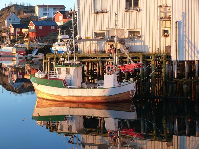 Puerto y reflejos en Laponia Noruega
