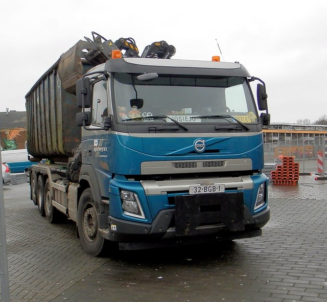 2015 Volvo FM truck op de Markt in Hilversum