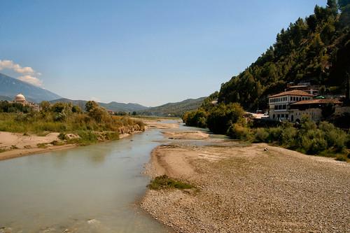 cloud house unesco huis albania oldtown landschap wolk koepel berat rivier mangalem rivierbedding atsjebosma