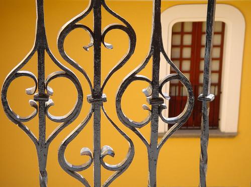 Balcon y ventana en el patio de la Iglesia de Santo Domingo