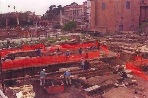 ROMA ARCHEOLOGICA & RESTAURO ARCHITETTURA:  Roma: Operai lavoro ai Fori, sotto la guida dei tecnici e degli esperti della Sovraintendenza. Foto: Gianni Napoli   ADNKRONOS, (aprile 1999).