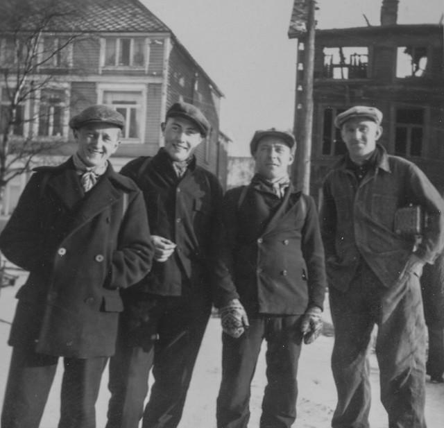 PEM-OLS-00054 Fire unge menn foran branntomt