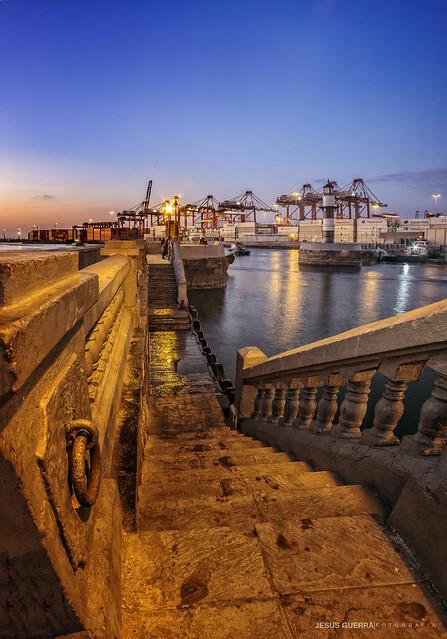 El faro y su puerto