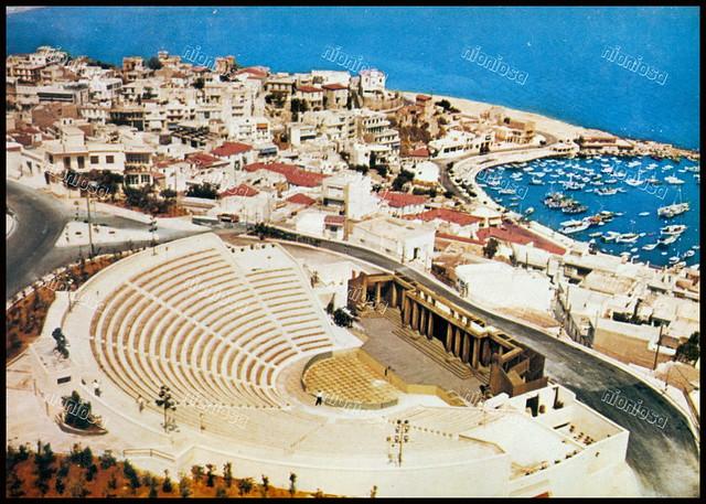 """Βεάκειο θέατρο, Πειραιάς. Φωτογραφία από το βιβλίο του Διονυσίου Πανίτσα """"Ο άρχοντας του Πειραιώς""""."""