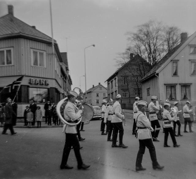 PEM-OLS-S00237 Korpsmusikk krysser Skippergata i Tromsø