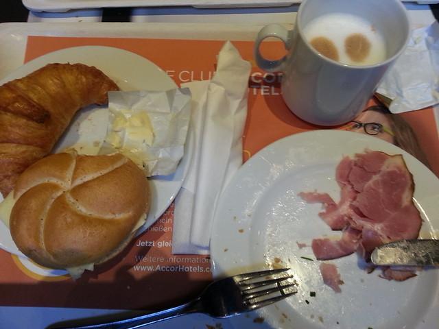 Fürwahr ein gutes Frühstück, du bist dem Lehrer zu vergleichen, der seinen Zögling ob gestohlnen Kirschen ausschalt und scheltend selber sie gefressen dann ist die Nacht nicht wie in andern Städten die sanfte blaue Frau, in Hamburg ist sie grau und hält bei denen, die nicht beten, im Regen Wacht 074236