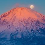 Beni-Fuji and the moon