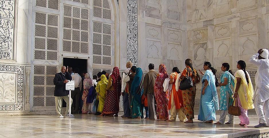 INDIEN, Agra - Taj Mahal - Menschenschlange  vor dem Eingang in das  Mausoleum,  13379/6273