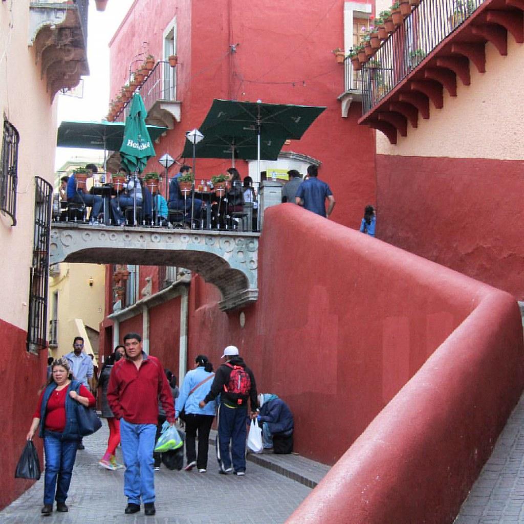 personas caminando cerca del puente del campanero