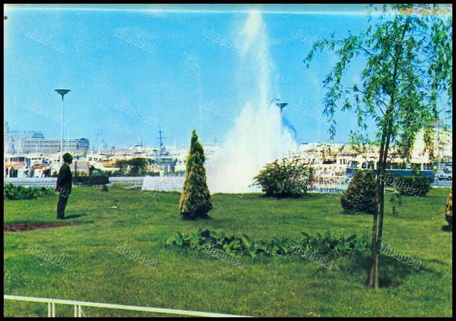 """Συντριβάνι στη θέση του παλαιού Δημαρχείου, Πειραιάς 1970's. Φωτογραφία από το βιβλίο του Διονυσίου Πανίτσα """"Ο άρχοντας του Πειραιώς"""".."""