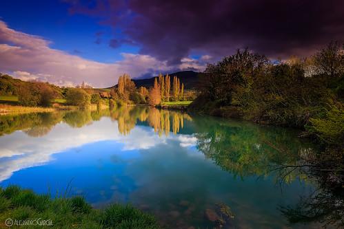 verde landscape atardecer lluvia agua lee balsa reflejos embalse navarra guendulain zariquiegui