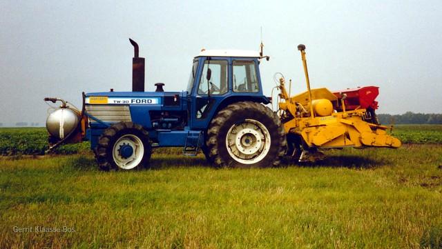 Van Bert Vijn gehuurde Ford TW-30, grondontsmetten bij Freek Vos Oudebosweg Dronten. September 1989. Loonbedrijf Agriser Dronten.