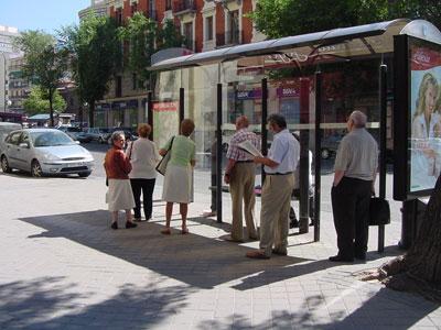 esperando al bus en cuatro caminos