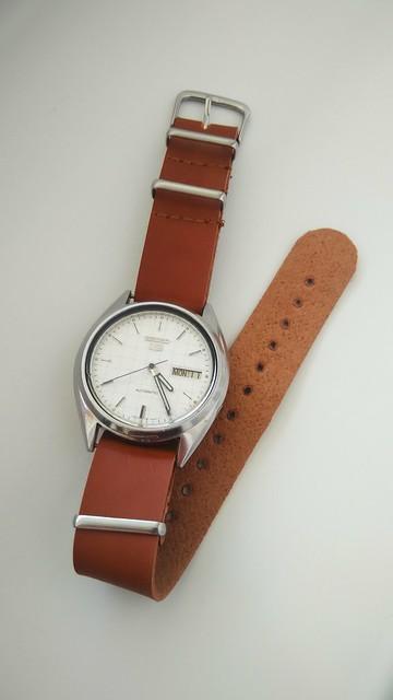 Seiko 5 automatic 7009 on leather NATO-strap. So vintage... :)