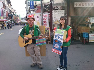 青年志工在旗山老街為搖旗吶喊音樂節募款。攝影:李育琴 | by TEIA - 台灣環境資訊協會