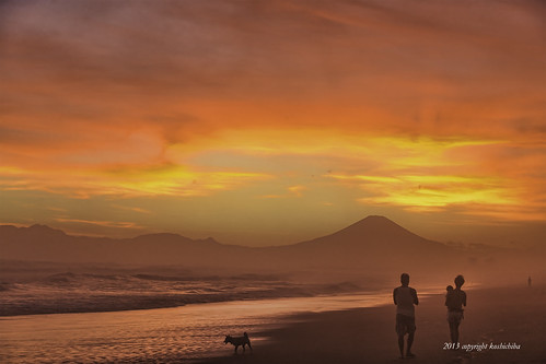 family sunset red sea orange cloud seascape beach nature japan canon landscape coast fuji surfer wave iso shore 夕陽 雲 海岸 海 富士山 typhoon shonan mtfuji sensitivity beachside kugenuma 波 台風 台風一過 日本の風景 砂浜 ef2470mm 1dx 鵠沼海岸 低気圧 scenuc
