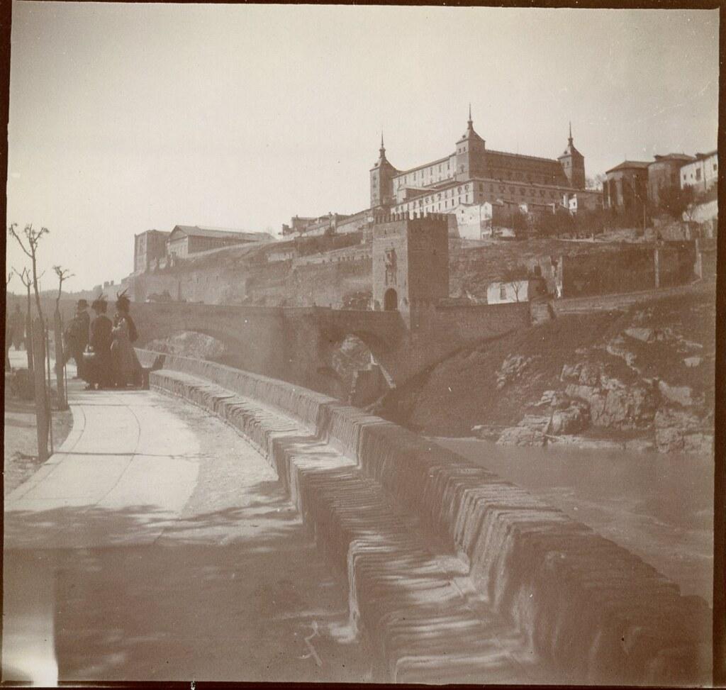 Reposición de algunas marras en el paseo arbolado al comienzo del Paseo de la Rosa y Puente de Alcántara en 1906. Anónimo francés.