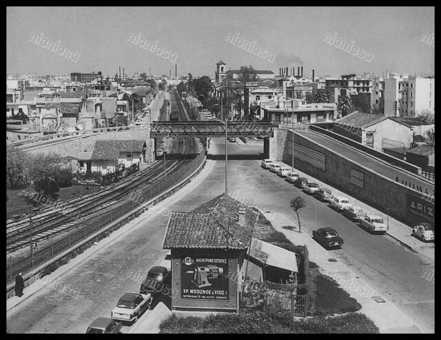 Άποψη της γέφυρας πάνω από τον ηλεκτρικό στο Νέο Φάληρο, πριν την κατασκευή του σημερινού ανισόπεδου κόμβου. (Αρχείο ΗΣΑΠ)