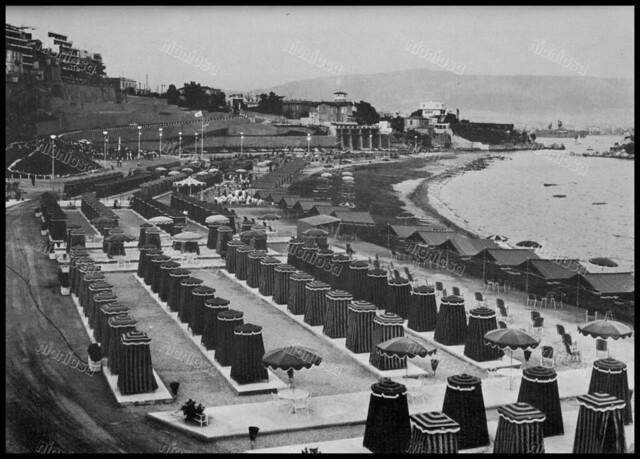 """Πλαζ Βοτσαλάκια, Καστέλλα, Πειραιάς 1970's. Φωτογραφία από το βιβλίο του Διονυσίου Πανίτσα """"Ο άρχοντας του Πειραιώς""""."""