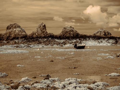 sky seascape clouds landscape boat rocks europa europe himmel wolken jersey infrared lowtide channelislands je foreshore stclement infrarot