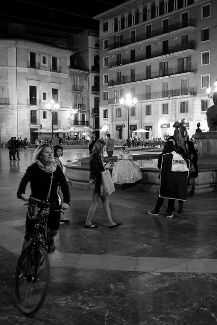 ladies in the night, Plaza de la Virgen <Valencia light & shadow>