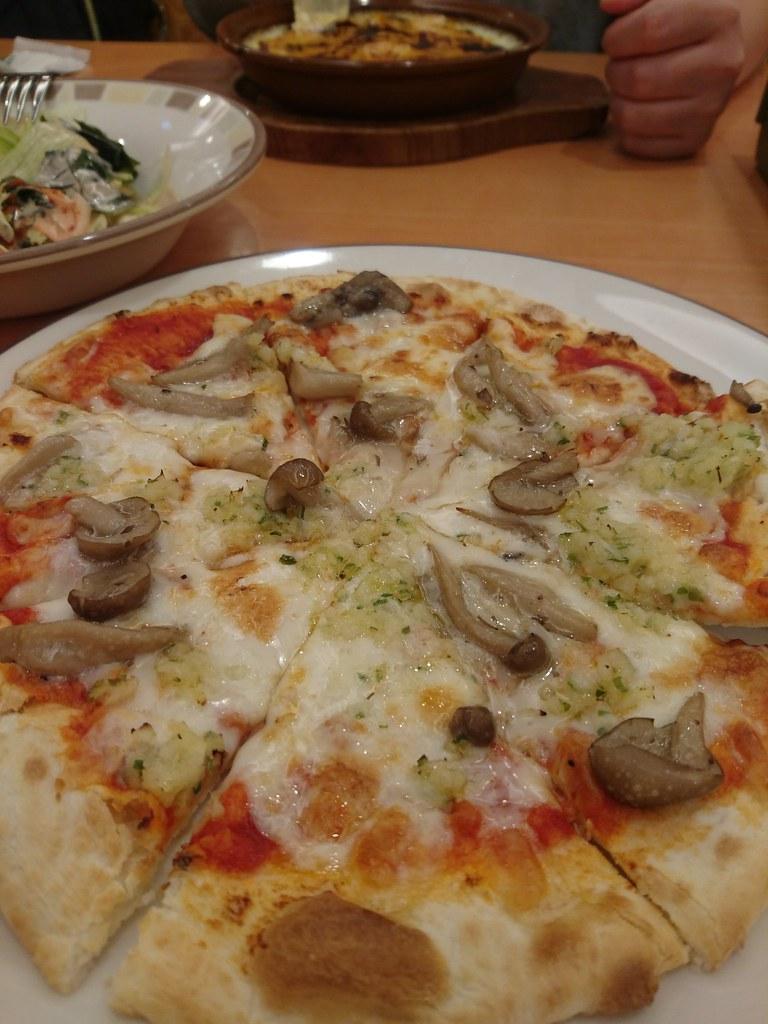 あんだけチャラデでピザ食べるの見せられたら、食べたくなるよー ...